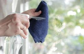Cách vệ sinh kính cường lực hiệu quả đón tết
