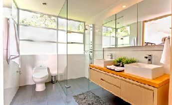 Những lý do khiến bạn nên lắp đặt kính cường lực trong nhà tắm