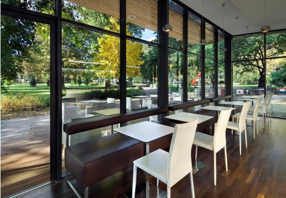Phong cách thiết kế quán cafe nhỏ tận dụng cửa kính