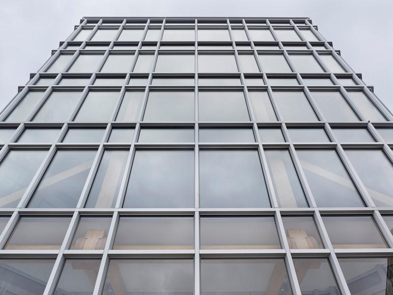 Dùng vách kính mặt dựng tạo điểm nhấn cho công trình