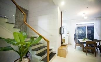Kính cường lực cầu thang cho nhà bạn thêm sang trọng chắc chắn