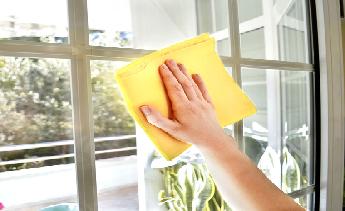 Mẹo vệ sinh kính cường lực sạch bóng
