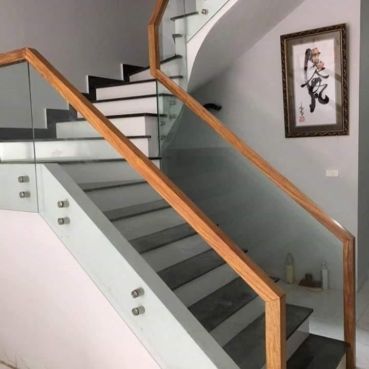 Thiết kế cầu thang kính cường lực thân thiện cho ngôi nhà