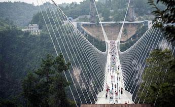Thử độ bền cây cầu kính lớn nhất thế giới