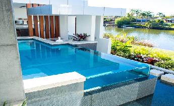 Ứng dụng kính cường lực vào xây dựng bể bơi: Bước tiến mới của thời đại